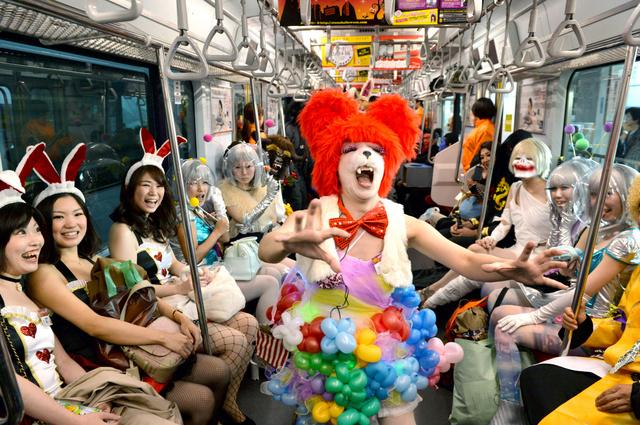 東横線に「オトナハロウィン号」 魔女や宇宙人が乗車