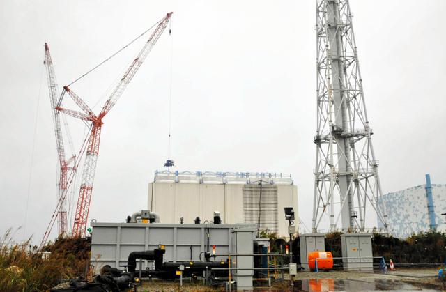 建屋カバーの解体作業が始まった東京電力福島第一原発1号機=22日、代表撮影
