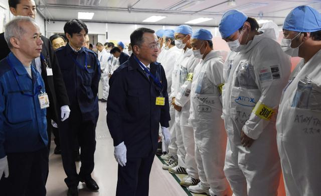 東京電力福島第一原発で職員を激励する宮沢洋一経産相(中央)=1日、代表撮影