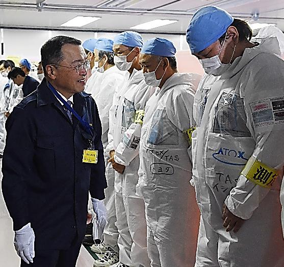 東京電力福島第一原発で職員を激励する宮沢洋一経産相(中央)=1日