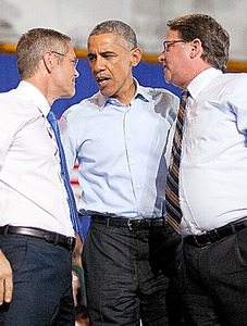 米ミシガン州の大学で1日、上院選候補(右)と州知事選候補(左)の応援に駆けつけたオバマ大統領=AP