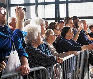 候補者の演説に耳を傾ける有権者たち=10月27日、アイオワ州ダベンポート、大島隆撮影