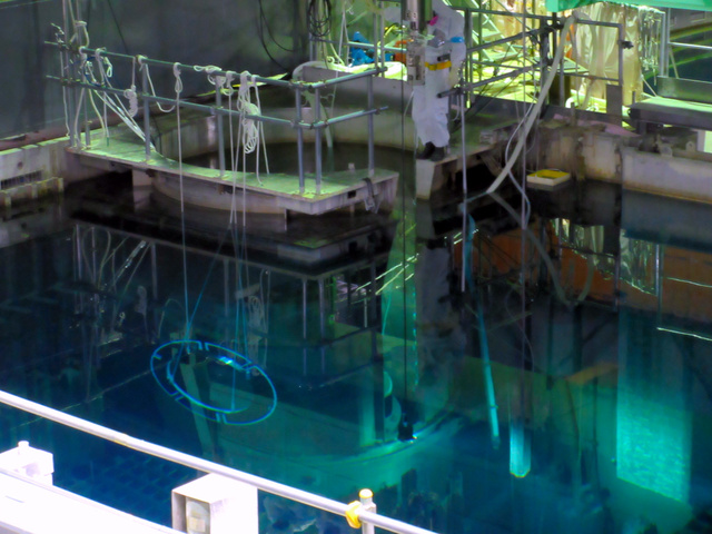 福島第一原発4号機での使用済み燃料取り出し最終盤の様子=10月31日撮影、東電提供