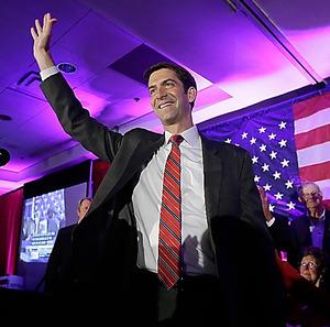 アーカンソー州の上院選で大勝し、支持者に手を振る共和党の新顔、トム・コットン氏=AP