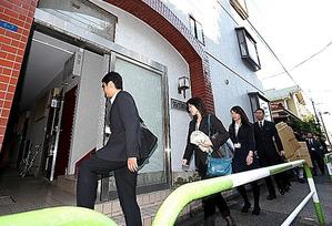 訪問介護事業所に監査に入る東京都の職員ら=14日午後1時53分、東京都北区、鬼室黎撮影