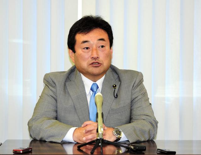 記者会見を開いたみんなの党県総支部幹事長の塩坂源一郎県議=県庁