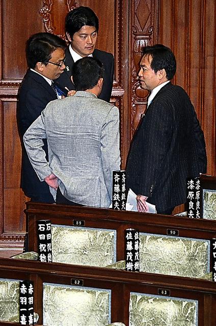 衆院本会議後、みんなの党の議員と話し込む浅尾慶一郎代表(右)=18日午後、越田省吾撮影