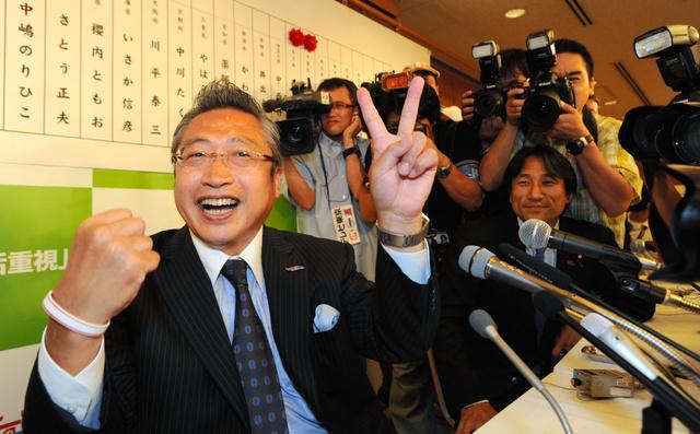 2010年の参院選の開票結果に笑顔をみせるみんなの党の渡辺喜美代表(当時)
