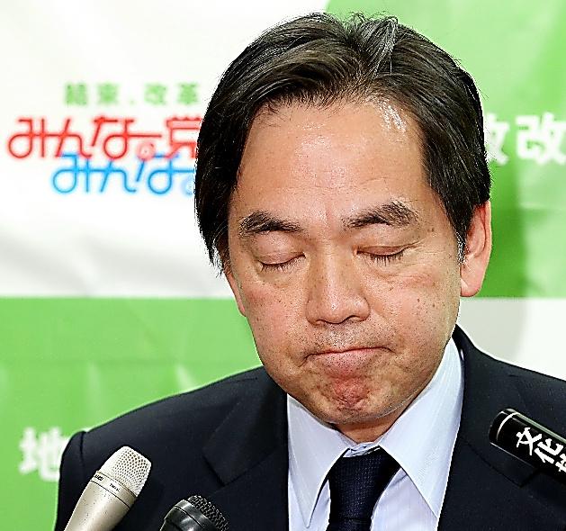 みんなの党の解党が決まった後、取材を受ける浅尾慶一郎代表=19日午後、東京・永田町