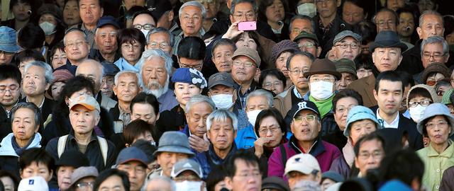候補者の演説に耳を傾ける有権者=2日午前10時4分、東京都内、上田潤撮影