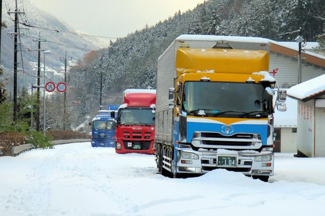 雪で立ち往生するトラック=三好市池田町佐野の国道192号