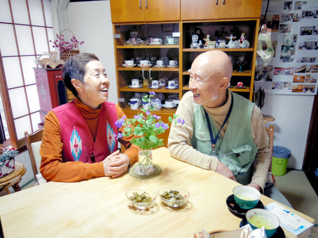 2年前に横浜から移り住んだ古沢守さん、千絵さん夫妻=長野県佐久市の自宅