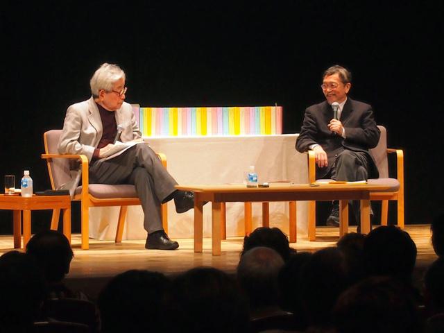 「日本文学全集」について語りあう大江健三郎(左)と池澤夏樹