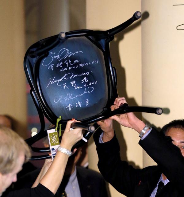 ノーベル博物館のカフェのいす。赤崎さん、天野さん、中村さんのサインがそろった=9日、ストックホルム、高橋雄大撮影