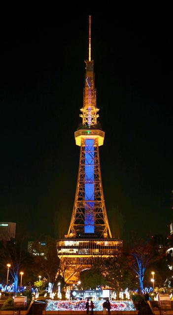 ノーベル物理学賞の受賞を祝し、青色LEDでライトアップされた名古屋テレビ塔=10日夕、名古屋市中区、飯塚悟撮影