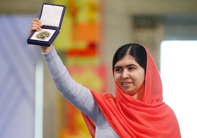 ノルウェー・オスロで10日、ノーベル平和賞のメダルを掲げるマララ・ユスフザイさん=AP