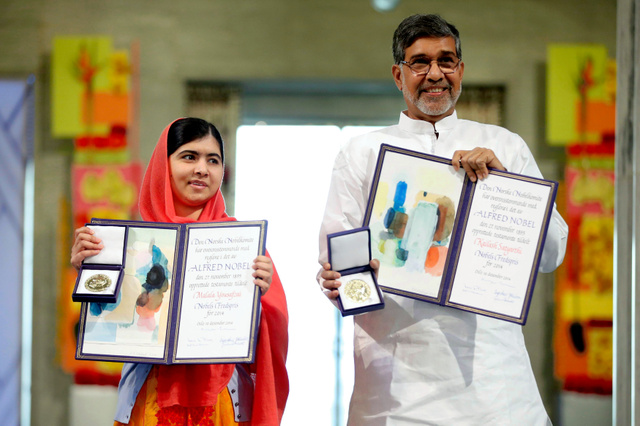 オスロで10日、ノーベル平和賞を受賞したマララさん(左)とサティヤルティさん=ロイター