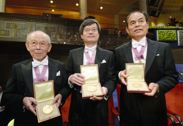 ノーベル賞授賞式を終え、メダルを手にする(左から)赤崎勇・名城大教授、天野浩・名古屋大教授、中村修二・米カリフォルニア大サンタバーバラ校教授=10日午後、ストックホルムのコンサートホール、代表撮影