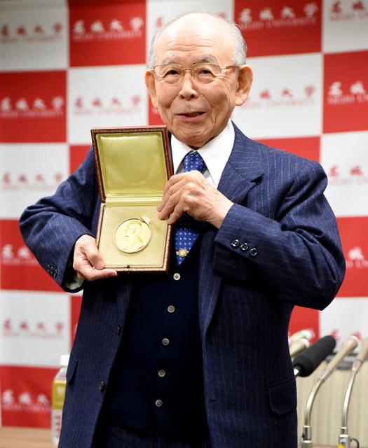 ノーベル賞授賞式から帰国し、記者会見でメダルを披露する赤崎勇・名城大教授=12日午後、東京都大田区、井手さゆり撮影