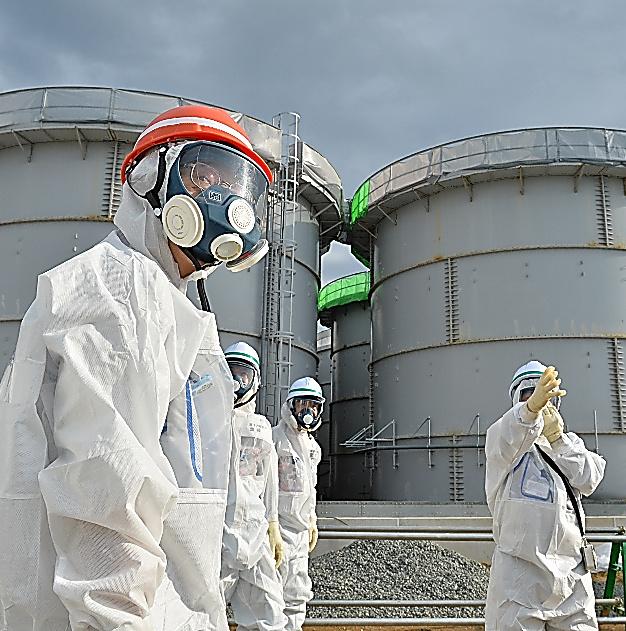 東京電力福島第一原発で、汚染水の貯蔵タンクが並ぶエリアを視察する原子力規制委の田中俊一委員長(手前)=12日午後1時44分、福島県大熊町、仙波理撮影