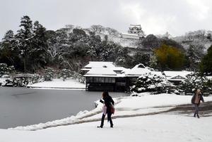写真・図版 玄宮園から雪化粧 ...