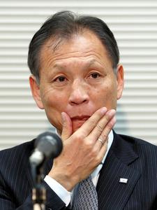 写真・図版 理事会後の記者会見で、厳しい表情を見せる日本サッカー協会の原博実専務理事... アギ