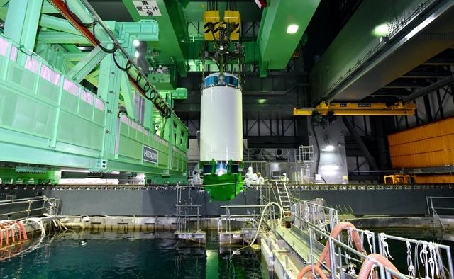 4号機の燃料プールから取り出される未使用燃料の入った容器=20日午前10時33分、東京電力福島第一原発、代表撮影(東電の要望により、画像の一部を修整しています)