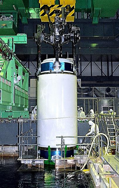 燃料プールから取り出される未使用燃料の入った容器=20日午前10時31分、代表撮影(画像の一部を修整しています)