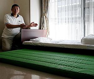 介護老人保健施設「太郎」では、入居者がベッドから転落してけがするのを防ぐために低床ベッドの横にマットを敷くことがある=東京都三鷹市、鬼室黎撮影
