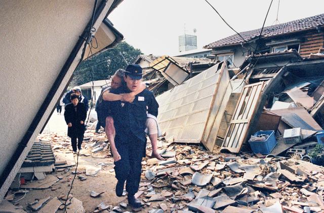 1995年1月17日、倒壊した家屋から男性を救出する竹内正和さん=兵庫県芦屋市津知町、花井崇撮影
