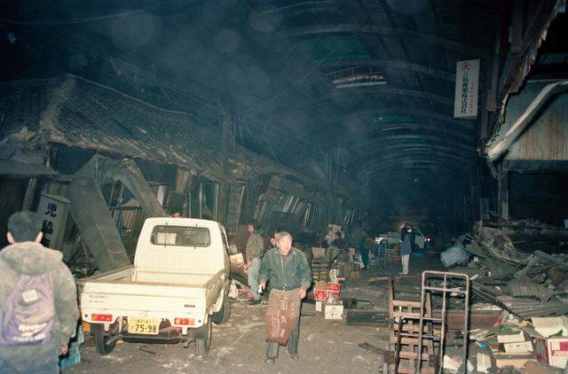 1995年1月17日、全ての店舗が全壊した西宮地方卸売市場(西市場)=兵庫県西宮市六湛寺(ろくたんじ)町、小池淳撮影