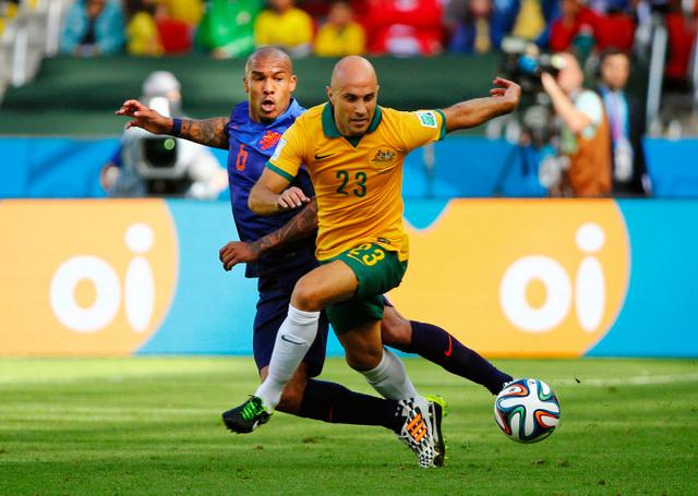 写真・図版 オーストラリア代表のマーク・ブレッシアーノ(右)=ロイター 記事に戻る...  AF
