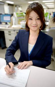 大和速記情報センターで速記者として働く瀬尾真菜さん。シャープペンシルと半分に折った書道半紙。これが日本の速記者の基本スタイルだ=東京都港区、西田裕樹撮影