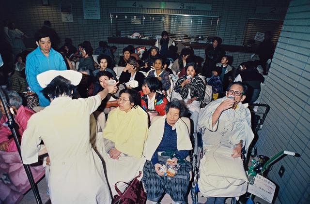 1995年1月17日、患者でいっぱいになった神戸市立西市民病院=神戸市長田区、後藤正撮影
