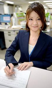 シャープペンシルと半分に折った書道半紙。これが日本の速記者の基本スタイルだ=東京都港区、西田裕樹撮影