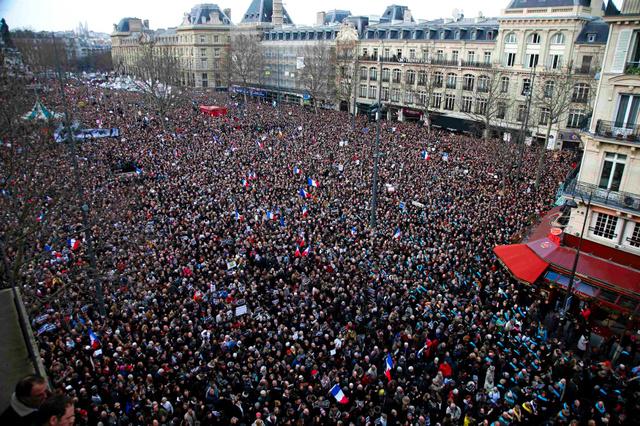 パリで11日、事件の犠牲者を悼み、連帯を示す行進に参加する数十万人の市民=ロイター