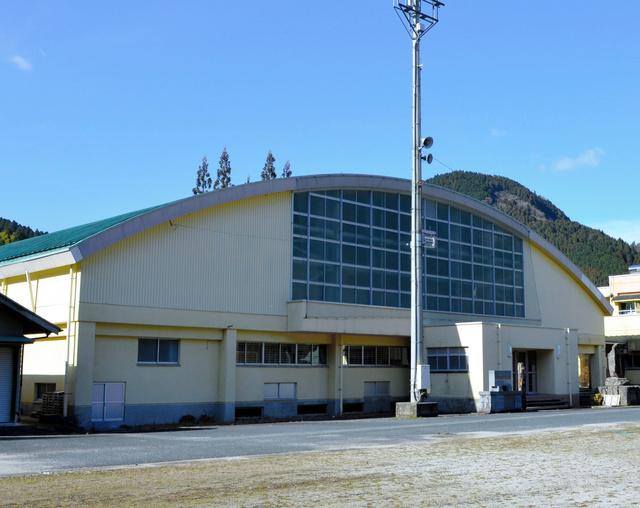 写真・図版 木質ブロックの加工工場の候補となっている旧上津江小学校の体育館=日田市... 大分)