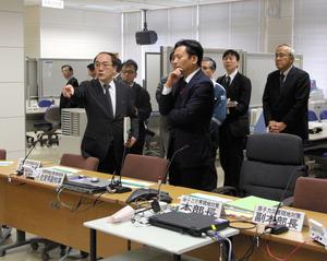 県オフサイトセンターで山本哲也・内閣府官房審議官(左)の説明を受ける山口祥義知事=唐津市