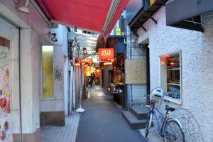 狭い間口の店がひしめきあう「ハモニカ横丁」。闇市の名残を伝える