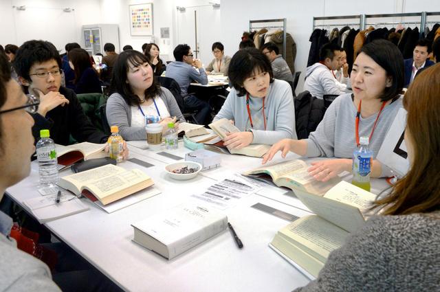 読書会で「21世紀の資本」の感想を述べ合う参加者たち=東京都港区、小玉重隆撮影