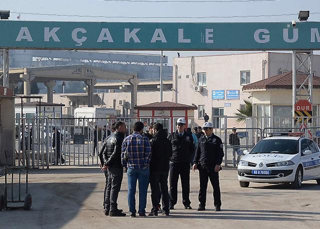 トルコ南部アクチャカレの国境検問所。シリア側には「イスラム国」の支配地域が広がる=29日、杉山正撮影