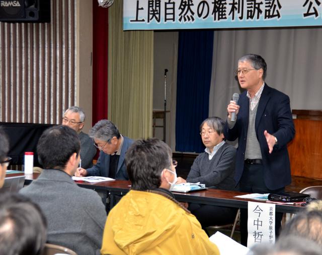 会場からの質問に答える今中哲二・京大原子炉実験所助教(右)ら=上関町室津