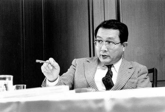 来日した外国の知識人相手にインタビュー。遠慮会釈なく、びしびしと聞いた=1984年ごろ、東京・お茶の水、吉塚弘さん提供