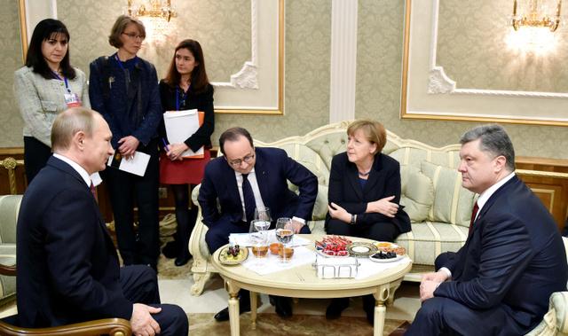 ベラルーシの首都ミンスクで11日、ウクライナ危機の解決に向けて話し合う(左から)ロシアのプーチン大統領、フランスのオランド大統領、ドイツのメルケル首相とウクライナのポロシェンコ大統領=ロイター