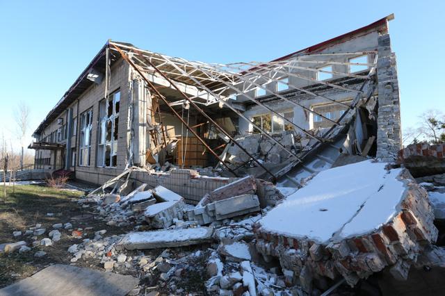 中心部にある砲撃を受けた博物館は屋根が落ち、壁が崩れていた=18日、ドネツク、葛谷晋吾撮影