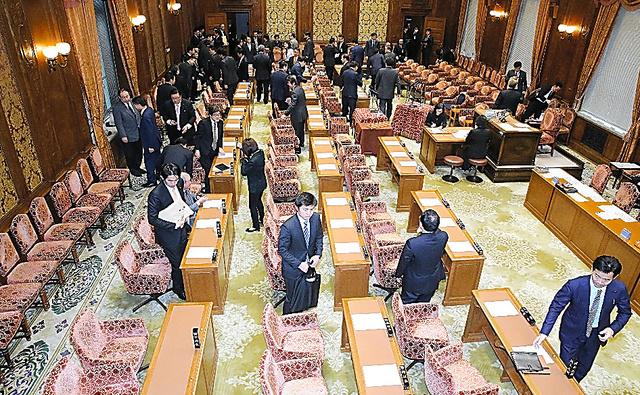 野党議員がほとんど集まらず、開かれなかった衆院予算委=24日午前9時1分、飯塚晋一撮影