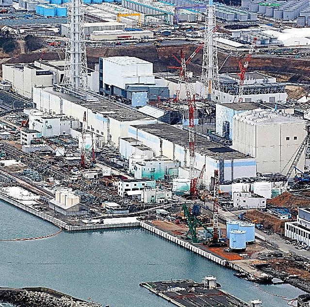 事故から間もなく4年を迎える福島第一原発=3日、福島県大熊町、本社ヘリから、川村直子撮影