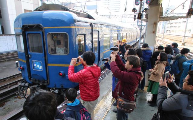 お別れ前に「北斗星」一目見たい! にぎわう札幌駅