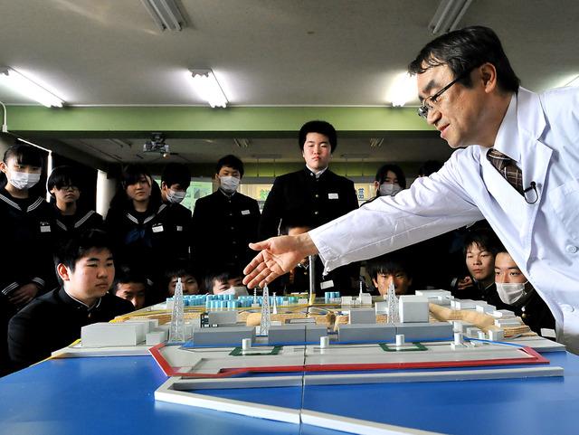 この日初めてお披露目された福島第一原発の模型を使って、現状について説明する佐々木先生=福島県郡山市、仙波理撮影