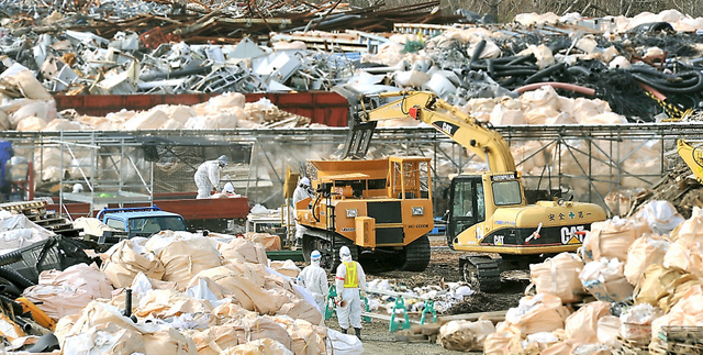 東京電力福島第一原発敷地内のがれき集積場。行き場の決まらない廃棄物が積まれていた=2月24日、福島県双葉町